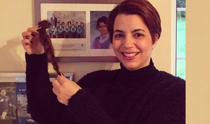 amel karboul fait don de ses cheveux une association de lutte contre le cancer tekiano. Black Bedroom Furniture Sets. Home Design Ideas